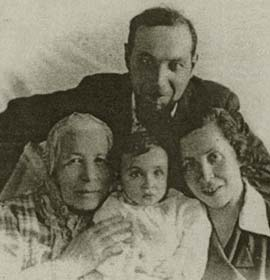 Gedalie Pechersky with his family. The Forties. Photo